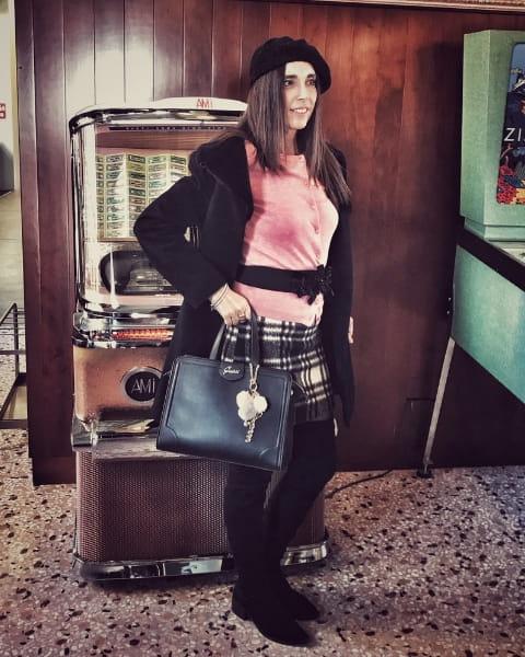 Gonna tartan in abbinamento con maglione rosa, outfit di Daniela Barbarossa