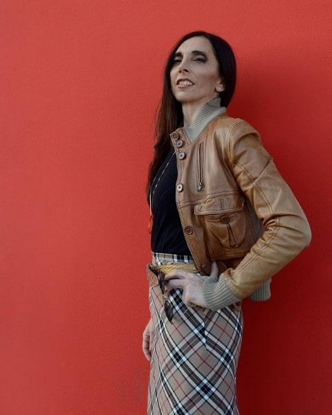 Gonna tartan con giacca di pelle, outfit Daniela Barbarossa