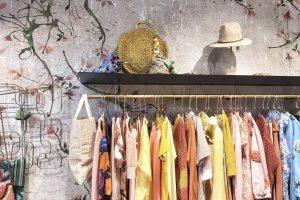 Shopping alternativo a Milano, interno negozio di abbigliamento femminile Desert Fish sui Navigli