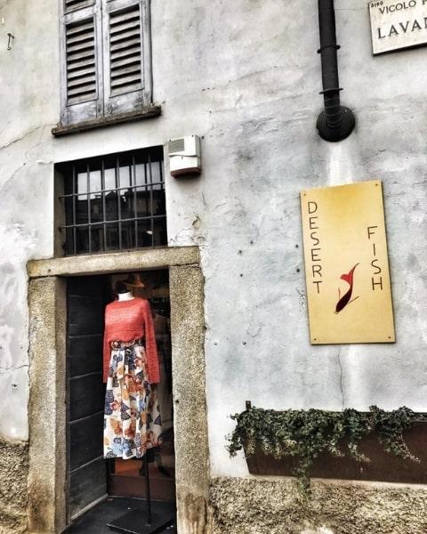 Vetrina del negozio di abbigliamento femminile Desert Fish sui Navigli a Milano