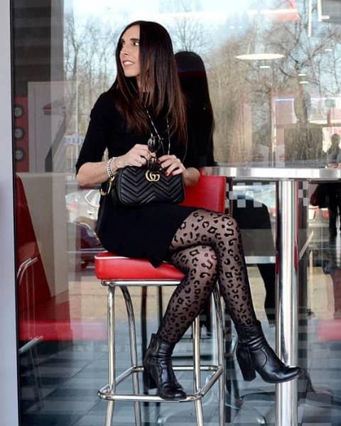 Tubino nero e calze glam, look da ufficio primaverile di Daniela Barbarossa