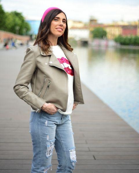 Maxi cerchietto abbinato ad outfit con chiodo beige e jeans