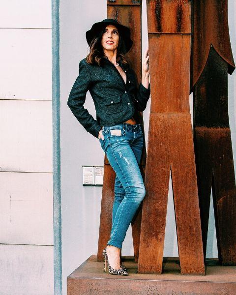 outfit di Daniela Barbarossa con décolleté leopardate in tessuto animalier firmate Identità Calzature