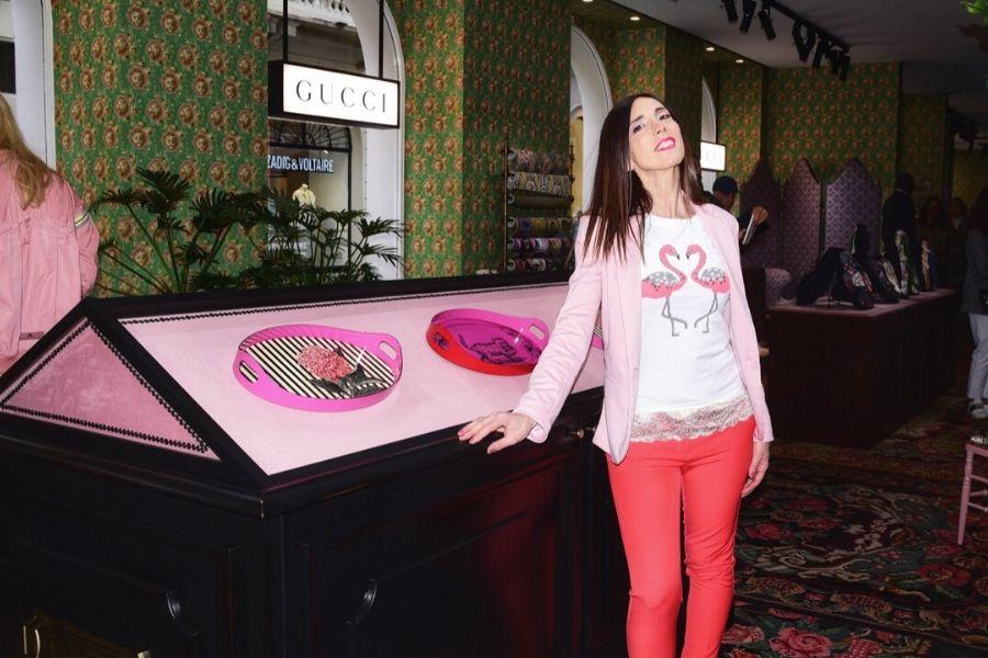 Daniela Barbarossa indossa pantaloni con colori fluo, una delle tendenze moda estate 2020